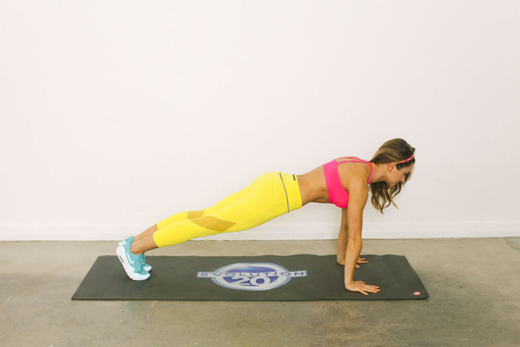 Stay Toned While Traveling The 20 Minute Hotel Room Workout-viva glam magazine-christine bullock-fitness-travel--Scorpion Plank 1